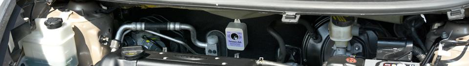 Deramax auto v motorovém prostoru